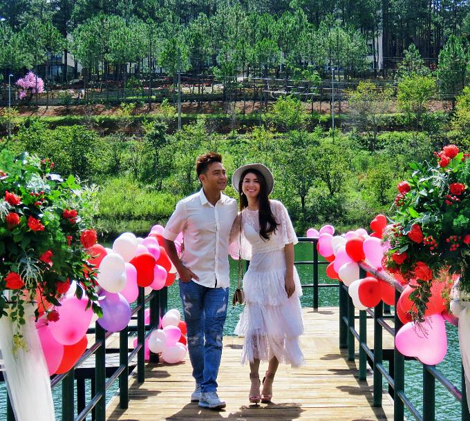 Cả hai lưu lại hình ảnh ngọt ngào trên cây cầutại Hồ Tuyền Lâm.