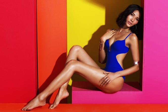 Á hậu Hoàng Thùy diện loạt bikini nhiều màu sắc trong bộ ảnh mới. Cô bật mí vừa đạt cân nặng 56 kg, tăng 6 kg so với thời điểm dự thi Hoa hậu Hoàn vũ Việt Nam 2017.