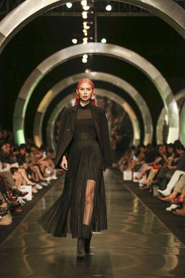 Thuỳ Dươngnổi bật với mái tóc rực rỡ trong trang phục màu đen cuốn hút và bí ẩn.