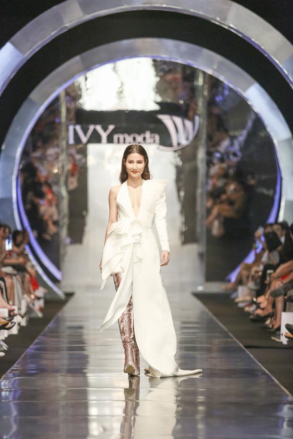Diễm My 9x thể hiện khía cạnh khác trên sàn catwalk của IVY moda.