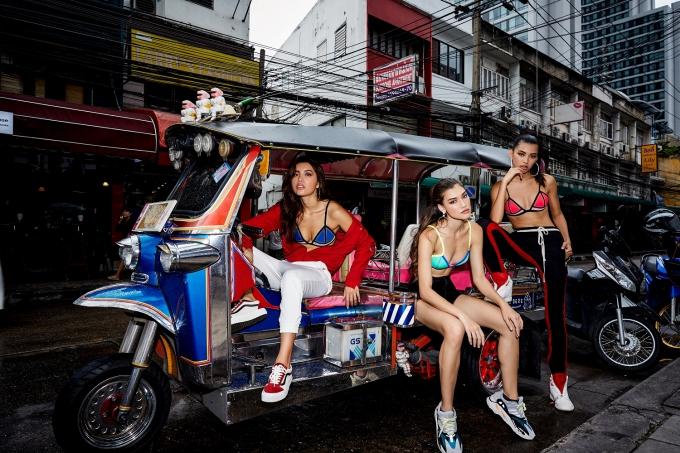 Minh Tú rũ thí sinh Asias Next Top diện bikini ra phố ở Bangkok - 1