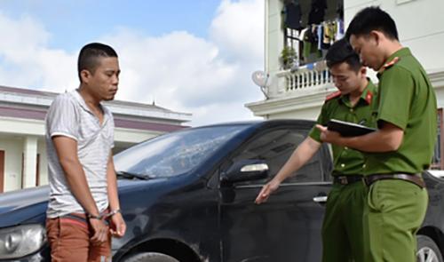 Nghi can Nguyễn Văn Nam cùng tang vật vụ án.
