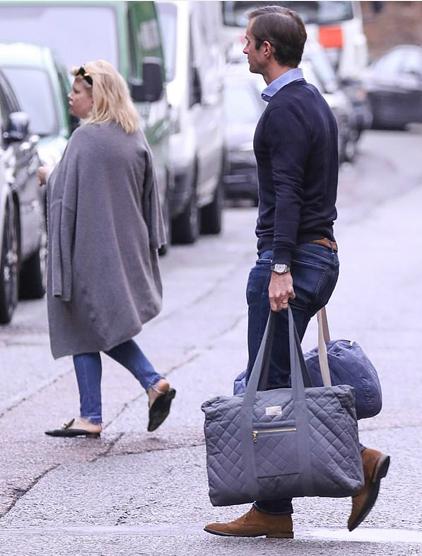 Đại gia James Matthews xách hai chiếc túi đồ lớn sau khi Pippa bước vào bên trong khoa sản Lindo Wing ở London chiều tối 15/10. Ảnh: Steve Butler.