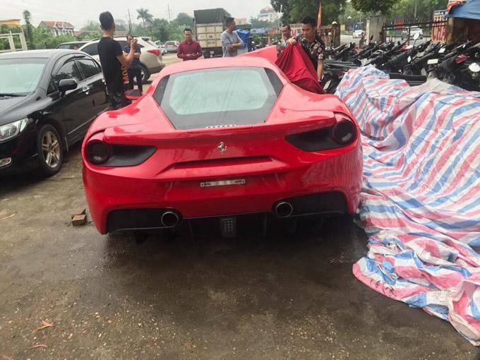 Hình ảnh siêu xe 15 tỷ của Tuấn Hưng bị nát phần đầu sau khi gặp tai nạn giao thông.