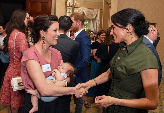 Meghan trò chuyện với Nữ ca sĩ Missy Higgins - người đang bế con gái 9 tuần tuổi ngủ ngon lành - tại tiệc trà chiều ở dinh thự Almiralty House. Ảnh: AP.