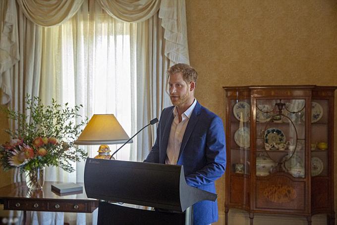 Công tước xứ Sussex chia sẻ tin vui với quan khách tại tiệc tràở dinh thự Almiralty House chiều 16/10. Ảnh: AP.