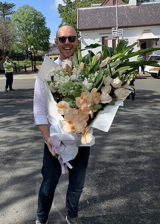 Người hâm mộ Australia và bó hoa khổng lồ gửi tặng cho Nữ công tước xứ Sussex ở Vườn thú Taronga, Sydney sáng 16/10. Ảnh: Nova 96.9.