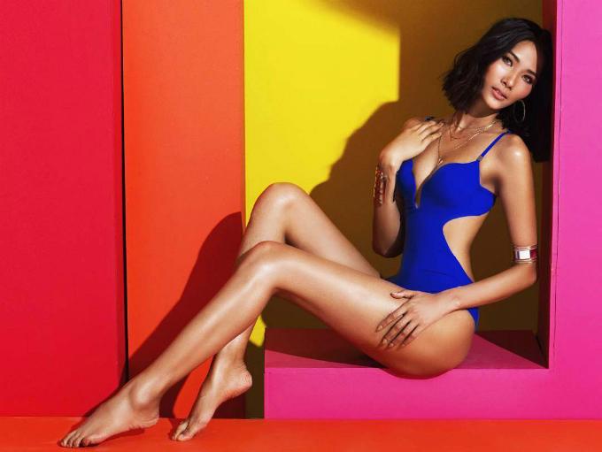Hoàng Thuỳ diện bikini liền mảnh khoét hông cao tôn dáng đôi chân thon dài.