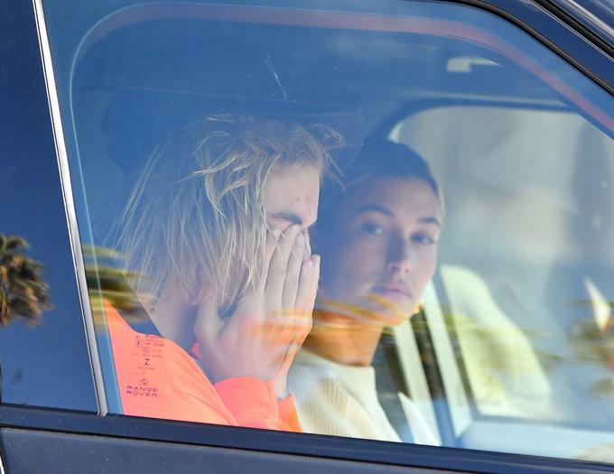 Justin khóc khi ngồi trong xe hơi với Hailey Baldwin hôm 25/10.