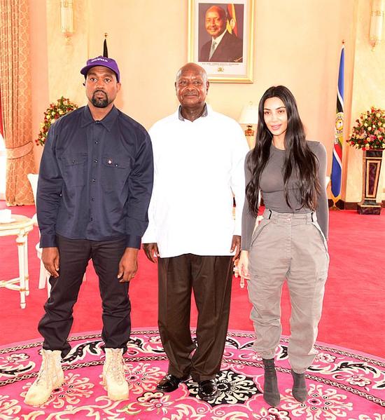 Kim và Kanye gặp gỡ Tổng thống Uganda hôm thứ 2.