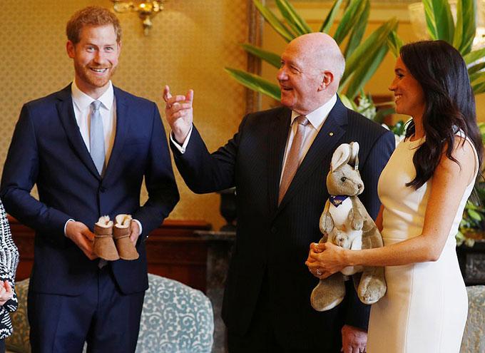 Khi được tặng một con kangaroo bông, Meghan reo lên Món quà đầu tiên của chúng tôi!. Trong khi đó, Harry được ngài Peter trao cho một đôi giày nhỏ để tặng đứa con sẽ chào đời vào mùa xuân năm 2019 của họ. Thật tuyệt vời, hoàng tử 35 tuổi nói.
