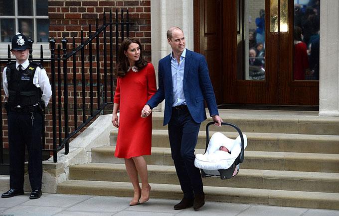 Vợ chồng Kate - William đón chào con thứ ba - Hoàng tử Louis - ở Lindo Wing, bệnh viện St. Mary hồi tháng 4. Ảnh: AP.