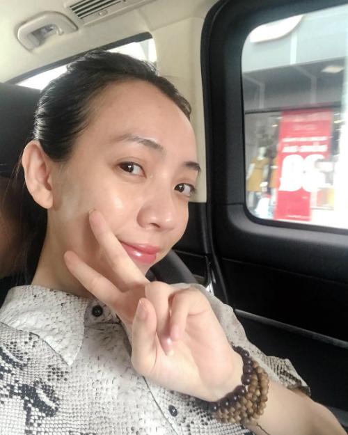 Diễn viên hài Thu Trang tự tin selfie với mặt mộc.
