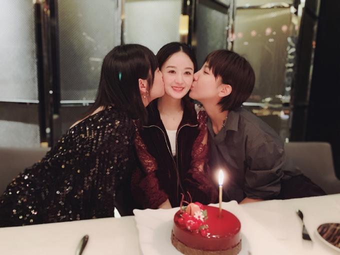 Những người bạn thân cũng góp mặt trong tiệc sinh nhật của Lệ Dĩnh.