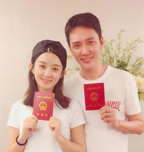 Người đẹp 31 tuổi cũng đăng ảnh cô và Thiệu Phong cầm tờ đăng ký kết hôn.