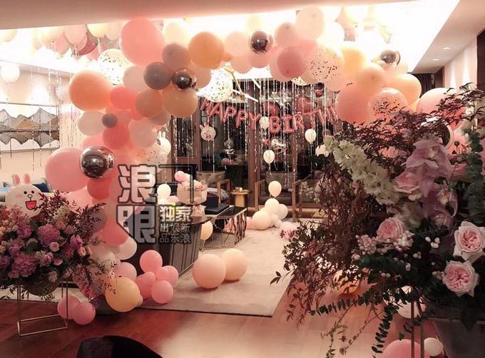 Không gian tiệc sinh nhật được trang hoàng lộng lẫy với rất nhiều hoa và bóng bay hồng.