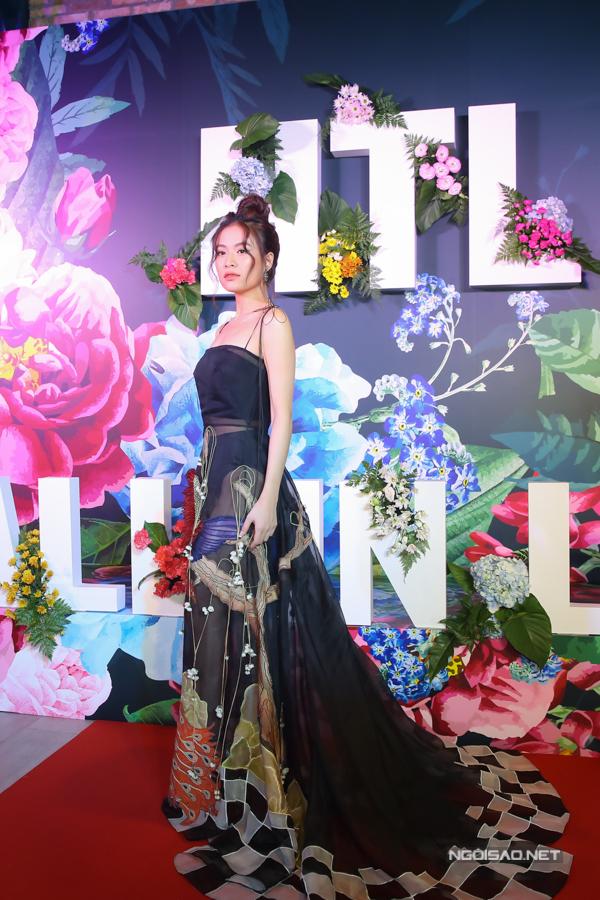 Chiều 16/10, Hoàng Thùy Linh ra mắt MV Fall in love. Cô diện váy thướt tha xuất hiện ở sự kiện.