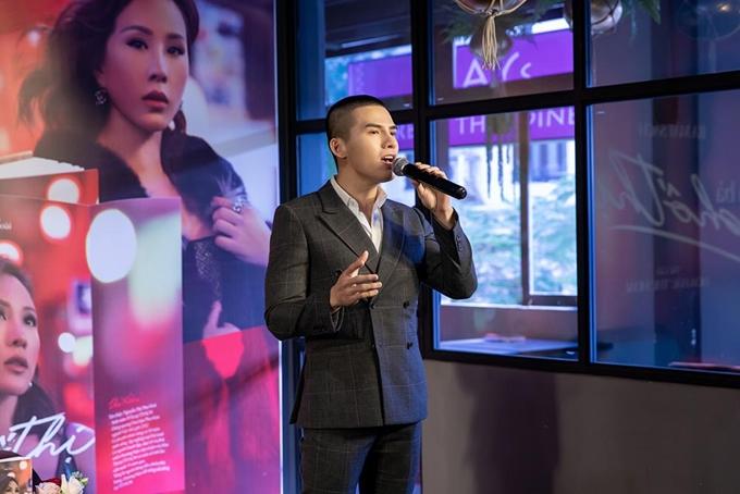 Ca sĩ Quốc Thiên góp vui với một ca sĩ ở sự kiện.