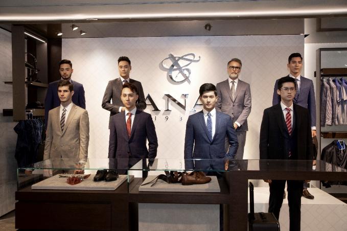 Điểm nhấn trong sự kiện là bộ sưu tập Thu Đông 2018 với các chất liệu vải tự nhiên và cao cấp được sản xuất độc quyền cho thương hiệu Canali. Cấu trúc không trọng lượng là yếu tố chủ đạo của bộ sưu tập.