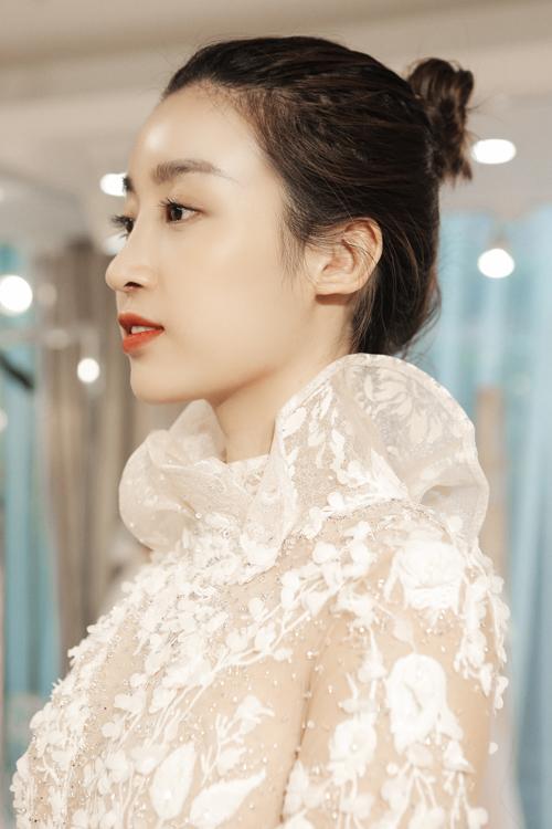 Mỹ Linh trong một tạo hình bắt trend mùa cưới cuối năm: váy ren dài tay + makeup Hàn Quốc tông đỏ cam.