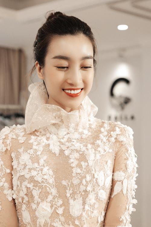 Một phần của bộ sưu tập vẫn giới thiệu các thiết kế kín đáo phù hợp cho mùa cưới cuối năm. Chẳng hạn như mẫu váy cổ cao tạo dáng như một bông hoa này sẽ phù hợp với cô dâu có cần cổ thanh thoát.