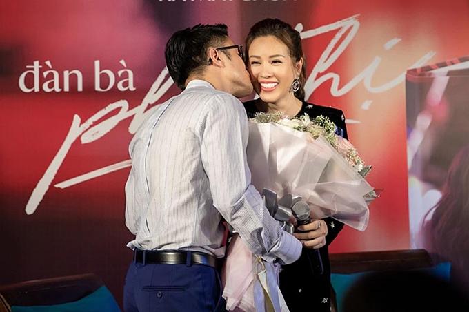 Nam doanh nhân sinh năm 1986 chuẩn bị hoa và bất ngờ dành tặng một nụ hôn cho bạn gái. Với Thu Hoài, bạn trai là người tâm lý, luôn chăm sóc chu đáo cho cô và gia đình. Các con của người đẹp cũng ủng hộ mối quan hệ mới giữa Thu Hoài và bạn trai.