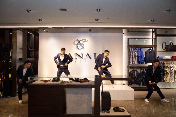 Các vũ công chuyên nghiệp trình diễn xuất sắc tiết mục vũ đạo trong những bộ trang phục của thương hiệu Canali bởi sự tối ưu của các loại vải được sản xuất theo công nghệ tiên tiến và thông minh, đột phá bởi sự kết hợp các đặc điểm vượt trội nhất, phù hợp với những nhu cầu thiết yếu hàng ngày của người đàn ông hiện đại thường xuyên di chuyển: co dãn, thoáng mát, chống nhăn, hạn chế thấm nước và các vết bẩn.