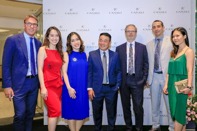 Các đại diện của tập đoàn Canali  thương hiệu menswear cao cấp đến từ Ý cùng ban lãnh đạo công ty thời trang Danti  đơn vị phân phối độc quyền thương hiệu Canali tại Việt Nam.  Tại buổi lễ, Canali đã vinh dự được chào đón các vị khách quý đến từ Đại sứ quán Ý và Phòng xúc tiến thương mại Ý tại Việt Nam.