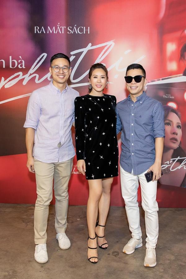 Cặp đôi nhà thiết kế Adrian Anh Tuấn (phải) - Sơn Đoàn sánh đôi đến chúc mừng Thu Hoài.