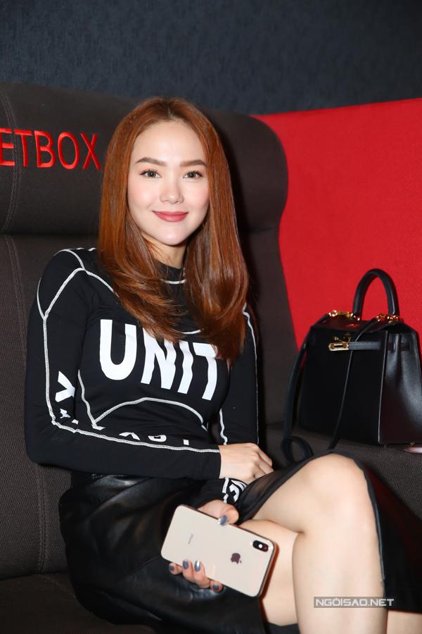Ca sĩ Minh Hằng lặng lẽ ngồi hàng ghế cuối cỗ vũ Hoàng Thùy Linh ra mắt sản phẩm âm nhạc mới đầy tâm huyết.