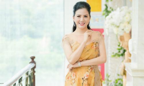 Đinh Hiền Anh diện váy họa tiết hoa vàng đi sự kiện