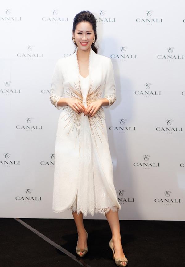 Hoa hậu Dương Thùy Linh thanh lịch trong vai trò MC của chương trình.