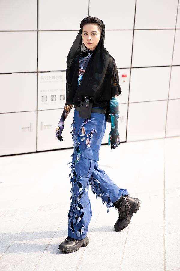 Gil Lê sử dụng tông màu trầm gồm xanh và đen để xuất hiện tại Seoul Fashion Week.