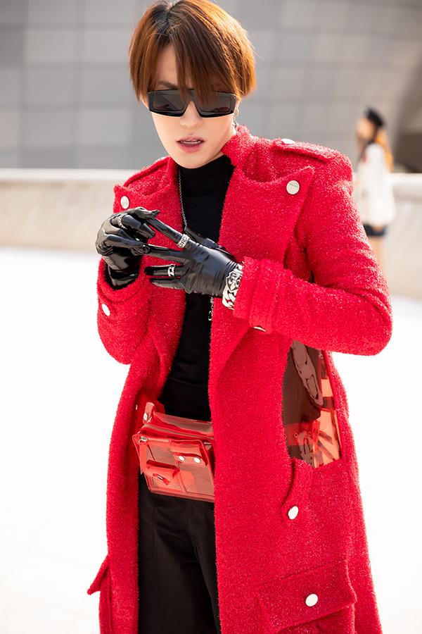 Stylist Kye Nguyễn lựa chọn trang phục đen cùng với áo khoác ngoài dáng dài của nhà thiết kếNguyễn Tiến Truyển.