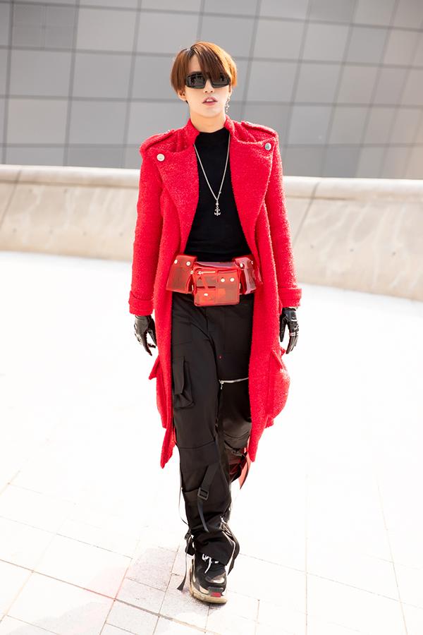 Nam stylist chọn thêm beltbag và dây chuyền để tạo nênsự cá tính, mạnh mẽ cho anh.