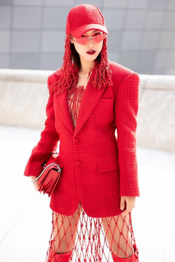 MC Hoàng Oanhnổi bật trên phốkhi khoác lên mình thiết kế mới nhất của nhà thiết kếLý Giám Tiền. Nữ diễn viên diện nguyên một cây đỏ từ trang phục cho đến các kiểu phụ kiện đi kèm.