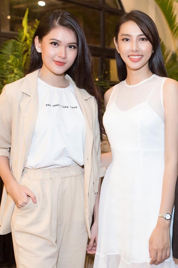 Á hậu Thùy Dung (trái) cũng có mặt tại buổi gặp. Cô đại diện Việt Nam tham gia Miss International