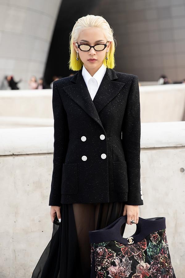 Là một trong những đại diện Việt Nam dự Seoul Fashion Week, ngay từ khi xuất hiện, Phí Phương Anh đã trở thành tâm điểm chú ý của các thợ săn ảnh với bộ cánh và mái tóc ombre vàng chanh không thể nổi bật hơn.