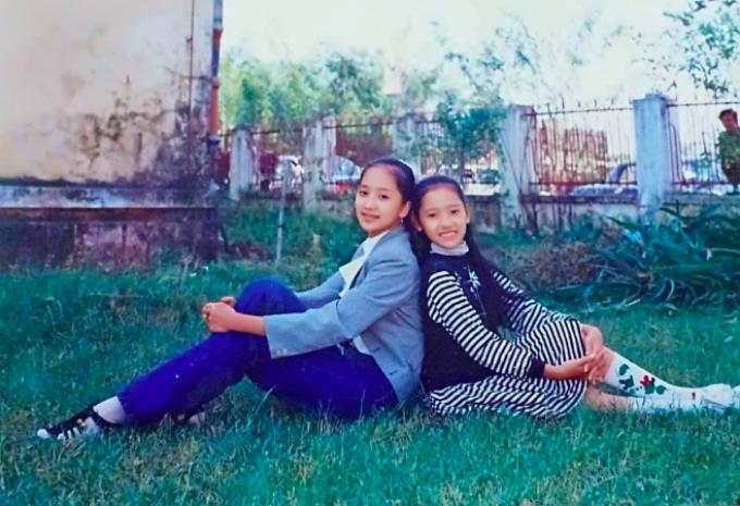 Khánh Thi ôn lại kỷ niệm cùng người bạn năm lên 12 tuổi: Tớ của năm 1993. Chụp hình với cô bạn học cùng lớp K22/7 trường Cao đẳng múa Việt Nam. Ngày đó mình style lúa mạ. Phan Hiển liền vào bình luận: Ôi năm mình mới chui lên. Sự hài hước của kiện tướng dance sport khiến fan thích thú.