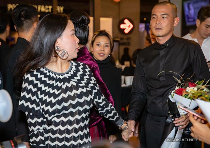 Tại sự kiện tối 16/10, Quách Ngọc Ngoan rất hạnh phúc khi có bạn gái - doanh nhân Phượng Chanel bay từ Sài Gòn ra ủng hộ phim mới của anh. Cả hai không ngại nắm tay tình cảm ở chốn đông người.