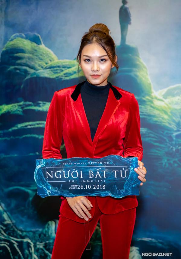 Thanh Tú chọn suit nhung màu đỏ nổi bật khi xuất hiện tại sự kiện. Cô đảm nhận một trong những người tình của Quách Ngọc Ngoan trên màn ảnh.