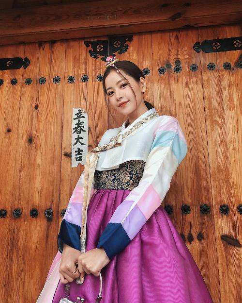 Chi Pu duyên dáng trong trang phục truyền thống của Hàn Quốc.