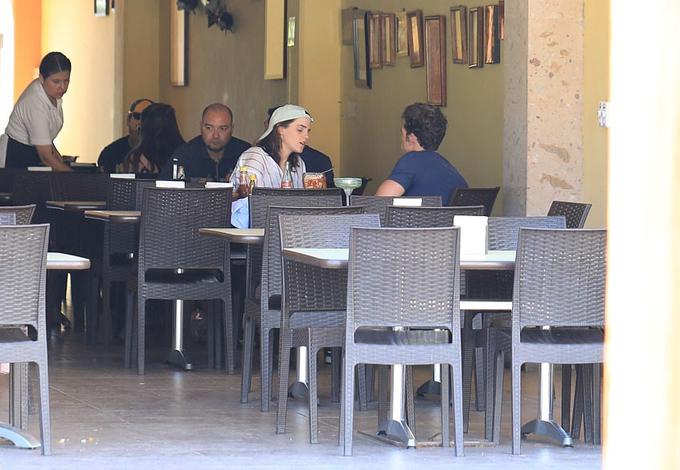 Chưa rõ Emma và chàng doanh nhân Brendan hẹn hò bắt đầu từ bao giờ nhưng đây là lần đầu tiên họ được trông thấy ở bên nhau. Emma mới chia tay nam diễn viên Glee Chord Overstreet vào tháng 5.