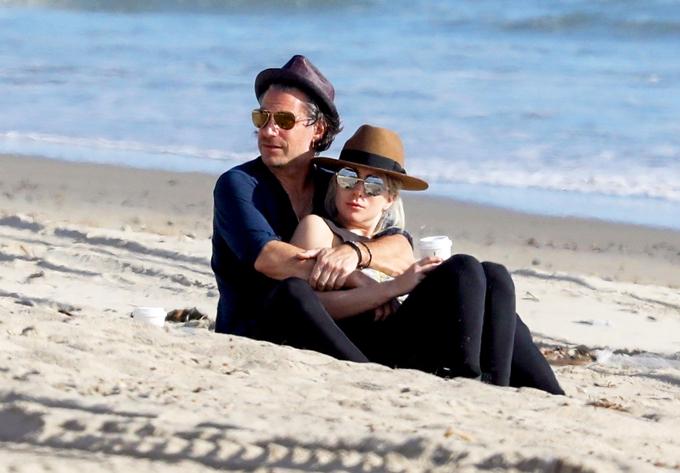Gaga hạnh phúc trong vòng tay Christian trên bãi biển Malibu.