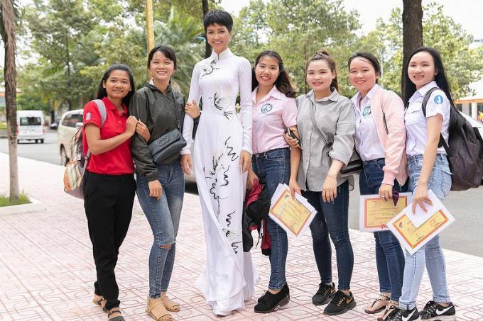 Hoa hậu HHen Niê thướt tha trong tà áo dài khi chụp hình cùng fan. Người đẹp cho biết: Được các bạn xin chụp hình mà khoái chí. Cảm ơn vì tình cảm của các bạn dành cho Hen.