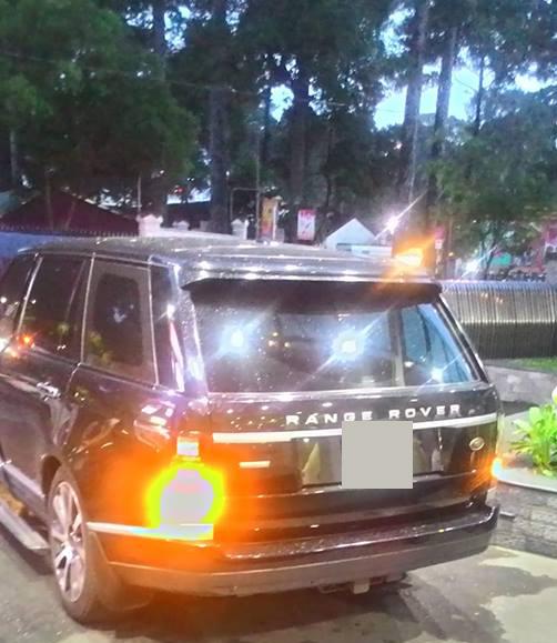 Chiếc xe của Hồ Ngọc Hà bị sự cố giữa đường, chiều 17/10.