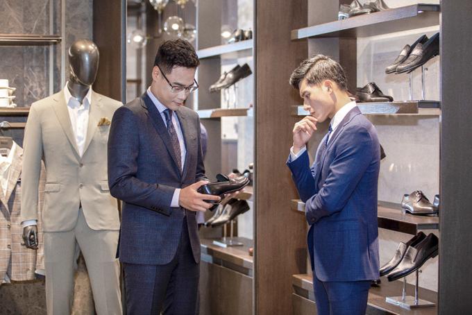 Các sản phẩm phụ kiện của Canali được nhuộm với bảng màu mang tính ứng dụng cao - được làm từ chất liệu da có độ bóng tự nhiên, vô cùng mềm mại và nhẹ nhàng. Mẫu giày double monk strap được ra mắt với các phiên bản cao và thấp khác nhau, bo tròn ở phần cổ giày và phần mũi vuông vừa phải.