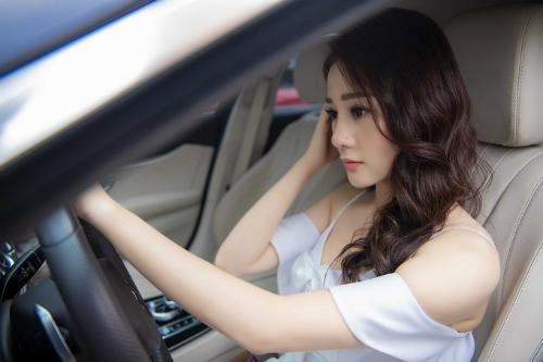 Phương Oanh tự lái xe đi sự kiện.