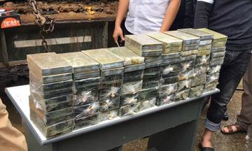 200 bánh heroin ngụy trang bằng bùn trong máy xúc