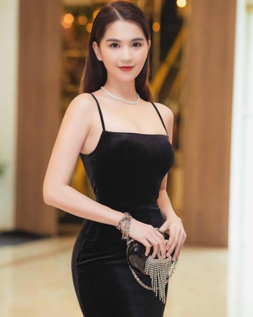 Ngọc Trinh diện váy bó sát phô diễn đường cong gợi cảm.